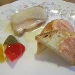 30901392 - 八幡平ポークのりんご煮、ピクルス、サーモンのリエット ラスク添え