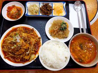 韓国家庭料理 扶餘 - プヨ定食(¥1000)。これはすごい、メインディッシュが何個もある感じ、超贅沢ランチ!