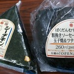 サークルKサンクス - 料理写真:「ばくだんむすび 粗挽きソーセージ&玉子焼&ツナマヨ」(\280、474kcal)と「シーチキンマヨ」(\108、186kcal)