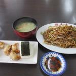 想夫恋 - 料理写真:サービスセットは焼きそば、おにぎり、餃子と味噌汁のセットで1250円です