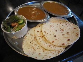 タージ ・ベンガル - チャパティ3枚&豆とマトンのランチセット♪