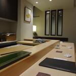 SUSHI 万代 - 白木のカウンター