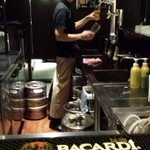 サッポロ クラシック バー - ビール注いでいます、足下にはビア樽