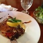 仙人掌 - 鮮魚のグリル。この日はカレイ。ボリューム大。バターのソースが美味!サラダ別添えです♫