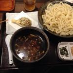 武蔵野うどん じんこ - きのこつけ汁うどん大盛りにマイタケ天ぷらを付けて1000円とは・・・
