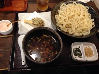 武蔵野うどん じんこ 三軒茶屋店 - きのこつけ汁うどん大盛りにマイタケ天ぷらを付けて1000円とは・・・