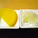 手打ち蕎麦・うどん 彩め - 「小海老天丼セット」お新香と薬味の葱
