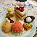 ピアットディコルトーナ見附橋 - フロマージュとカシスのケーキ(左上) アベーテ(クリスマスケーキver)(上段中央) スノーボール(右上) キャラメルアイス(左下) ストロベリーシャーベット(下段中央) プチタルト(右下)