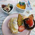 ピアットディコルトーナ見附橋 - コーヒーゼリー(左上) オレンジゼリー(右上) ブッシュドノエル(左下) チョコロールケーキ(右下)