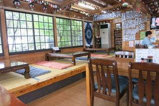 山賊旅路 - 座敷とテーブル、かなり広めの店内。