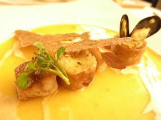 銀座 シェ・トモ - ポアソン 真鯛のソテーとモンサンミッシェル産ムール貝 マッシュポテトのクレープ包み サフラン風味のソース