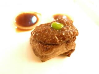 銀座 シェ・トモ - ヴィアンド フランス産シャロレー牛ヒレ肉のポアレ 淡路産玉葱のシャリアピン仕立て 濃厚なコンソメソース