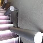 ピンピンホァ - 階段脇には、椅子になる感じのものが... 行列用かな