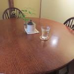 30928445 - 丸テーブルの席に座りました。