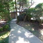 フレンチレストラン 千秋亭 - 庭を眺めながら入口へ進みます