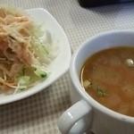 山の麓のレストラン ふれんず - セットのサラダとスープ