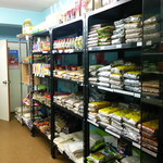 エベレスト スパイス アンド ハラル フード - お店に入って右手 香辛料系の棚