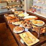 パラダイス&ランチ - 店内には美味しそうなパンたちが並んでいます♪