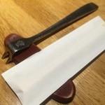 炭火串焼専門店 鶏天 - 串から身を取る時に使う、チキナー。初デート用のアイテムか?