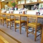麺'sクラブ - 厨房に面した長いカウンターとテーブル席