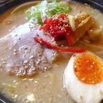 麺'sクラブ - チャーシュー1枚、味玉、メンマ、ネギ、中央に紅生姜、そして白ゴマ