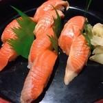 カラオケつぼっち - サーモン寿司496円!とっても美味しい!