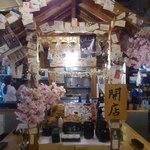 肉寿司 - 屋台風のカウンター!人気席です!!