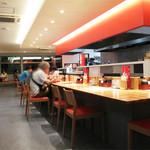 中国菜品 空心房 Produced by えびえびそば - 長いカウンター席と小上がり。       席間の広いテーブル席。       さすが郊外店です。