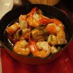 イタリアンバル UOKIN - エビとマッシュルームのオイル蒸し
