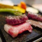 菅乃屋 - 石焼きは炙る程度のレアで