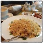 黄鶴楼 - 五目炒飯と白湯春雨スープ。 焼売、デザート、漬物つき。 13時から15食限定。 やっぱり炒飯は作るの疲れるのかな??