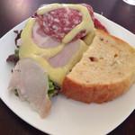 前菜。生ハムサラダと手作りパン。