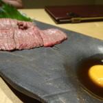 吟味屋 - モモ肉レアステーキ細切れ