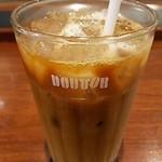ドトールコーヒーショップ ルミネ池袋店 - カフェラテアイスS   スタバなどに比べて牛乳の割合が少ない感じで苦いです