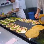 壹銭洋食 - 店頭で調理されています