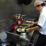 クワン チャイ - いつも笑顔の料理長のメオさんです。チェンマイ出身の凄腕シェフです。