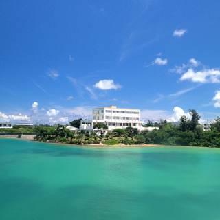 青い海に浮かぶように建つホテル。その中にある絶景レストラン◇