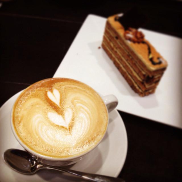 Paul Bassett 渋谷ヒカリエ ShinQs店 - カフェラテとキャラメル系のケーキ