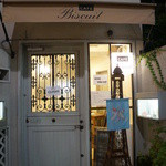 カフェビスキュイ - 鎌倉・小町通りの中ほどにあります。