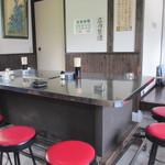 30960794 - 店内の中央には特長のあるステンレスのテーブル席、これは以前お母さんが筥崎宮の近くで屋台営業されてた時のなごりだそうです