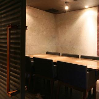 落ち着きのあるモダンな空間。完全個室も充実。