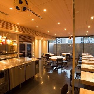 厨房と客席の一体感が生み出す温かみのある心地よいサービス