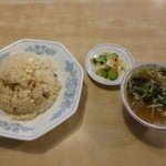 中国飯店味一番 - 料理写真:チャーハン、スープ&漬物付き