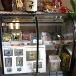 一福製麺所 - お持ち帰りの各種タレと麺の写真が入っている冷蔵ケース