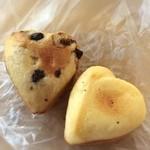 pain le coeur himari - 昔ながらのたまごボーロ(50円)とそのチョコバージョン(60円)。ハート型でキュート。落ち着いた風味をシンプルに味わえるプレーンが好み♡