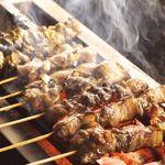 黄金屋 - 炭火で焼く美桜鶏の串焼きはどれもジューシーな味わいです。