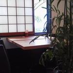 櫓庵治 - 窓側のテーブル席