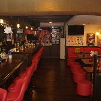 アニソン酒場2nd-広くてキレイな店内はクラシカルな雰囲気の中にアニメグッズが多数!