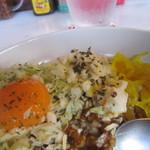 美智子カレー - 卵黄・刻みキャベツ・ポテトサラダ・たくあん