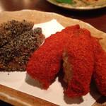 九州厨房 あらごし団 - 唐辛子、黒胡椒をまとった手羽先。